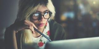 妇女膝上型计算机运作的计划想法的概念 免版税库存图片