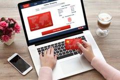 妇女膝上型计算机键盘在网上shoping的指纹和信用卡 免版税图库摄影