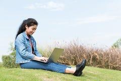 妇女膝上型计算机 免版税库存照片