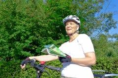 妇女自行车盔甲地图定向 免版税库存照片