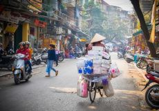 妇女自行车车手,河内,越南 免版税库存照片