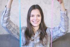 妇女舒展两软泥坐教练 使用与软泥 免版税库存图片