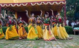 妇女舞蹈家执行在Holi庆祝的,印度 免版税库存图片