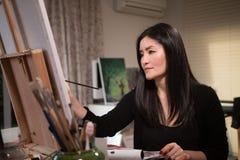 妇女艺术家在工作 库存照片