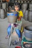 妇女艺术家对瓦器的掩护imgae 库存照片