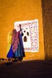 妇女艺术家绘墙壁上在印度 免版税图库摄影