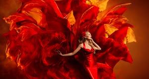 妇女艺术幻想,在红色织品颜色爆炸的跳舞的时装模特儿 库存照片