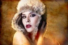 妇女艺术性的纵向有裘皮帽的 免版税库存照片
