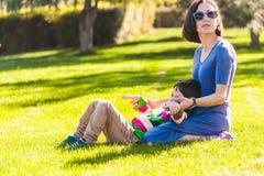 妇女花费与她的儿子的时间本质上 库存照片