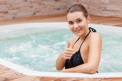 妇女花费在极可意浴缸的时间 库存图片