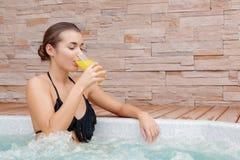 妇女花费在极可意浴缸的时间 免版税库存图片