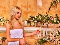 妇女茂盛在豪华温泉 免版税库存图片
