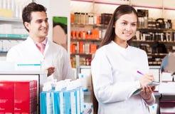 妇女药剂师在药店 免版税库存图片