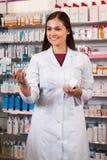 妇女药剂师在药店 库存图片