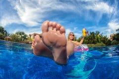 妇女获得一个乐趣在游泳池 库存图片