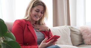 妇女获得乐趣使用手机在家 股票录像