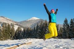 妇女获得乐趣在冬天山 图库摄影