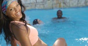 妇女获得乐趣在游泳池 股票录像