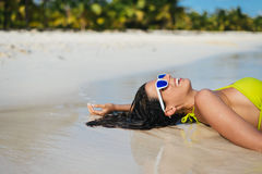 妇女获得乐趣暑假在热带海滩 库存照片