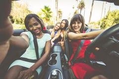 妇女获得乐趣,当驾驶在贝弗莉山庄时 免版税库存图片