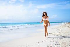 妇女获得热带加勒比的假期乐趣 免版税库存图片