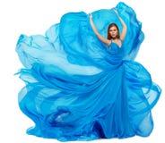 妇女蓝色礼服,在长的挥动的褂子的时装模特儿跳舞,织品振翼 免版税图库摄影