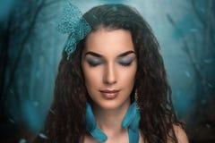 妇女蓝色雪森林 库存照片