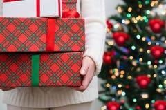 妇女藏品堆礼物 免版税库存照片