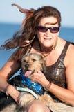 妇女藏品她的爱犬 免版税库存照片
