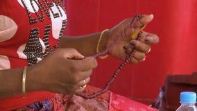 妇女藏品念珠 影视素材