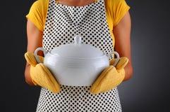 妇女藏品盛汤盖碗 库存图片