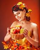 妇女藏品秋天篮子。 免版税库存照片