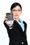 妇女藏品Handphone (在屏幕的重点) 免版税库存图片