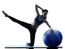 妇女行使健身被隔绝的pilates球 免版税库存图片