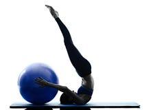 妇女行使健身被隔绝的pilates球 免版税库存照片