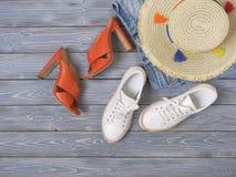 妇女衣物,辅助部件,鞋子牛仔布短裤,草帽,脚跟凉鞋,运动鞋 时尚成套装备,春天夏天汇集 库存照片