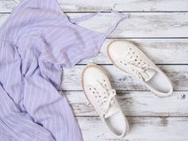妇女衣物,鞋子淡紫色礼服,白革运动鞋 时尚成套装备,春天夏天汇集 背景袋子概念行程购物的白人妇女 平面 免版税库存图片