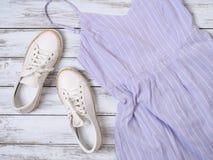 妇女衣物,鞋子,辅助部件淡紫色礼服,白革运动鞋 时尚成套装备,春天夏天汇集 购物 库存图片