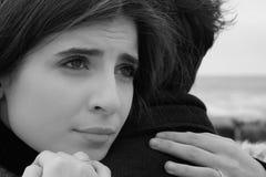 妇女被伤的单独感觉和心拥抱黑白的人 免版税库存图片