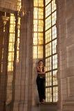 妇女被弄脏的窗口哥特式大厦 库存照片