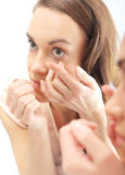 妇女被找到的隐形眼镜 免版税库存图片