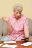 妇女生气她的债务 库存图片