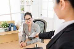妇女被解雇,并且上司给了她的切断付款 库存照片