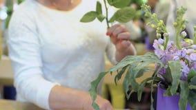 妇女裁减玫瑰和做花构成 股票视频