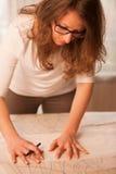 妇女裁缝切口纺织品在工艺车间 免版税库存图片