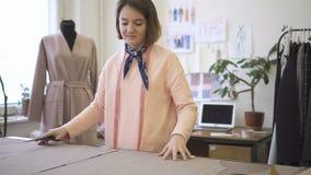 妇女裁缝删去了有剪刀的剪刀并且增加缝合的材料 股票录像