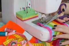 妇女裁缝开会和在缝纫机缝合 在缝纫机的裁缝工作 做在她的workpla的裁缝一套服装 库存照片