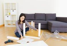 妇女装配家具 库存图片