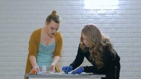 妇女装饰员,绘木圈子装饰的设计师 影视素材