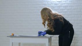 妇女装饰员,绘木圈子装饰的设计师 股票录像